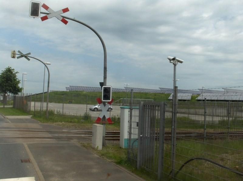 ... vorbei an Freiflächen-PV-Anlagen auf einer Abfallhalde.