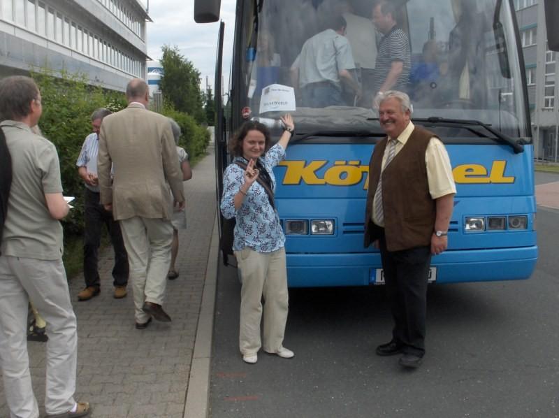 Frau Hanisch (Solarworld) begleitet die 1. Besuchergruppe auf dem Weg ...
