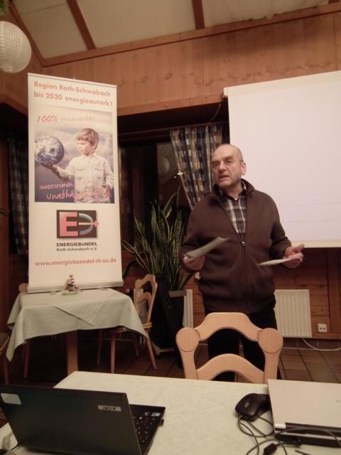 Werner Emmer (1. Vorstand Energiebündel) stellt das Energiespar-Programm vor.