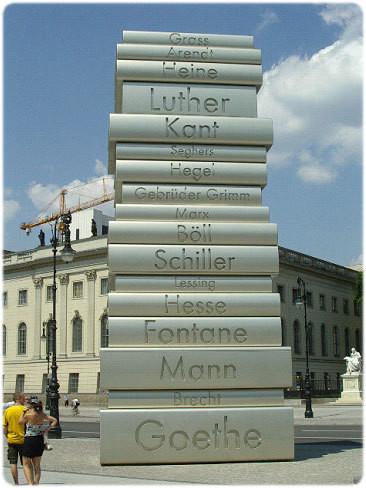 "20-метровий пам'ятник книгам ""Der moderne Buchdruck"" у Берліні"