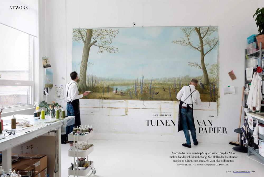 Jaap Snijder en Marcelo Gimenes werken aan een panoramisch behangschilderij