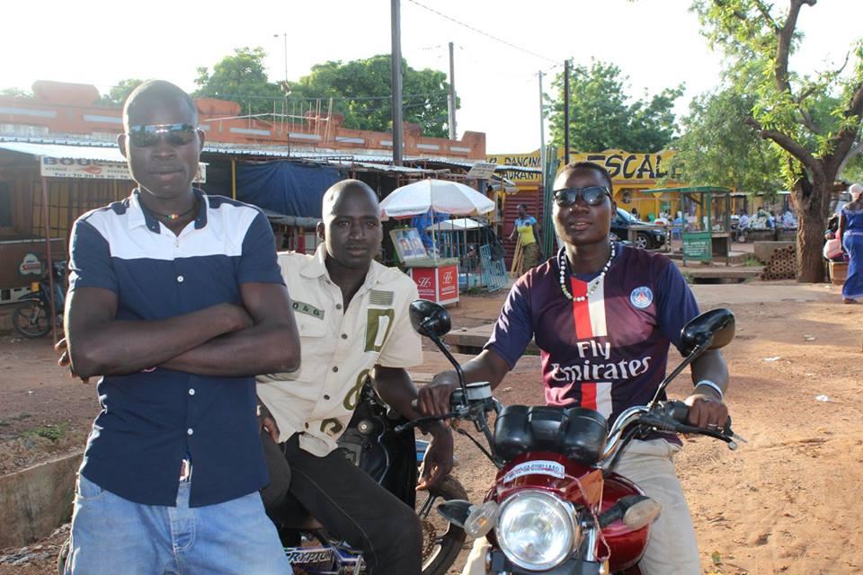 Die jungen Männer wollten unbedingt für uns posieren. Das ist eher selten, die Burkinabè sind sehr fotoscheu.