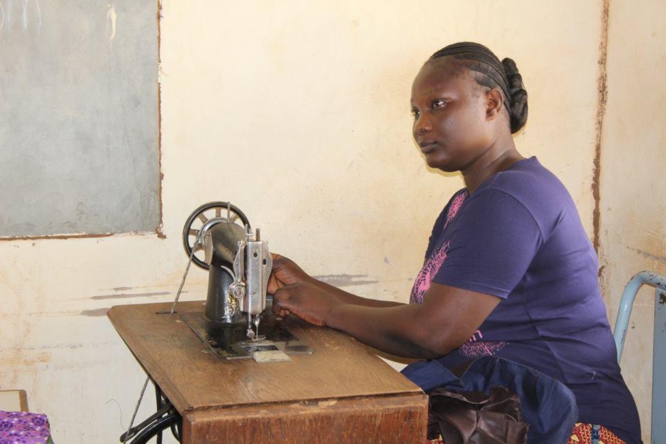 Benjamin zeigt uns die Schneiderei, in der mit Handbetriebenen Maschinen verschiedenste Kleider angefertigt werden.