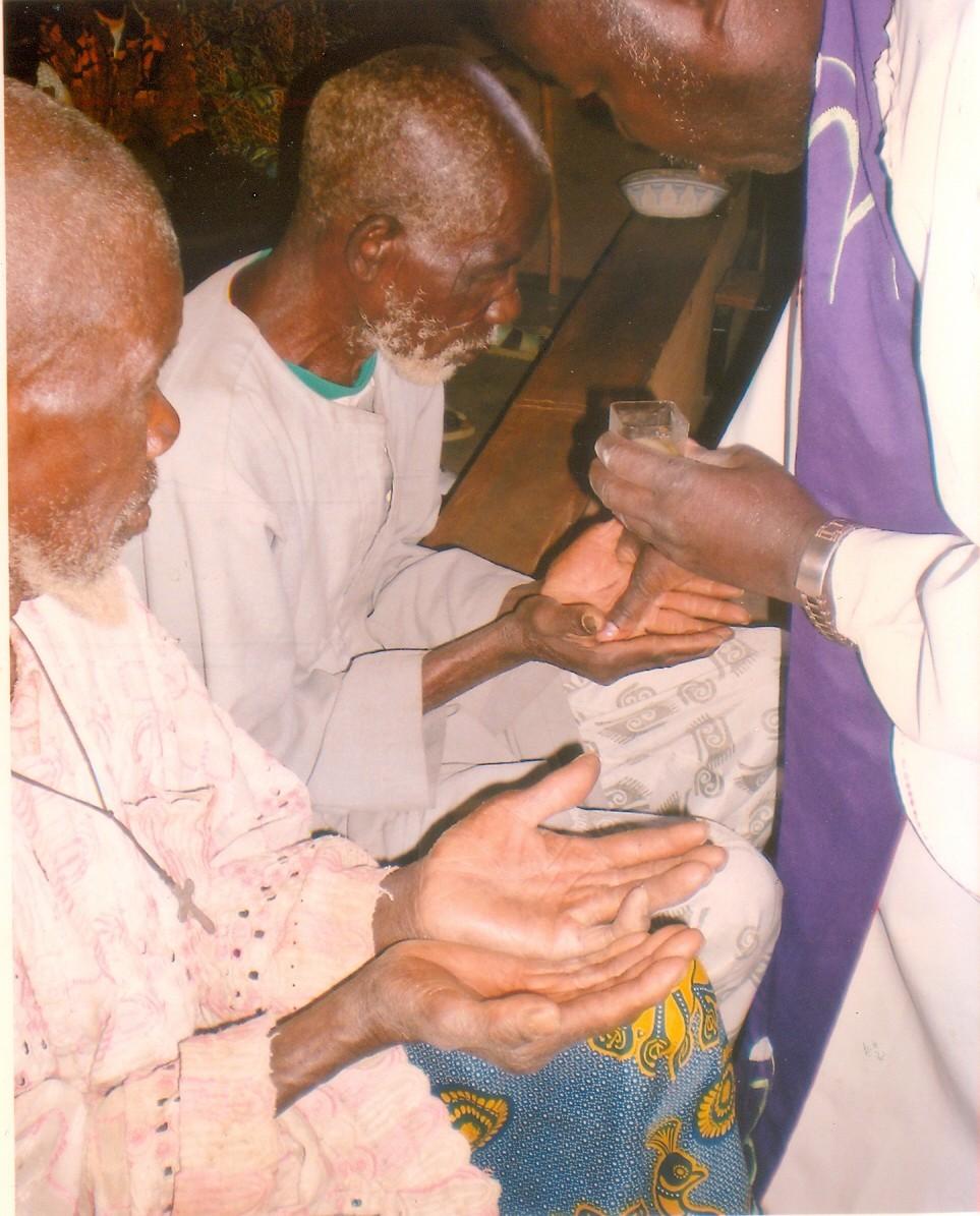 Die Alten und Kranken werden umsorgt. Neben den med. Versorgungen ist auch die moralische Unterstützung sehr wichtig für sie.