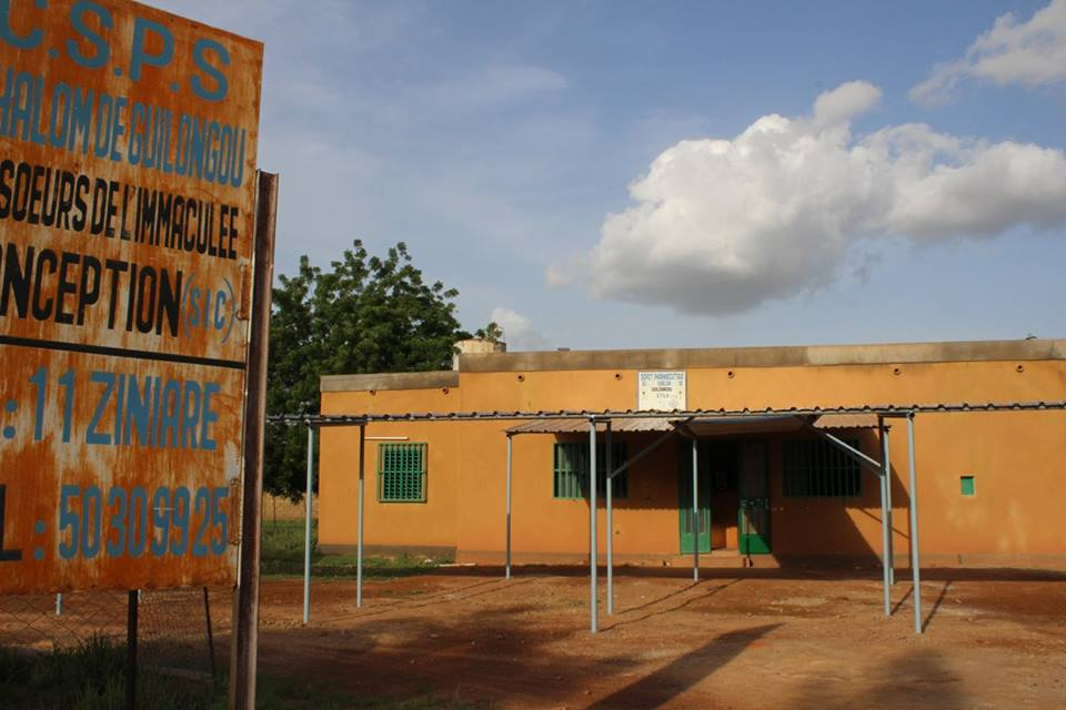 Es gibt eine Geburtenstation, eine Notfallstation für unterernährte Kinder, eine Abteilung für stationäre Behandlungen und eine Apotheke.