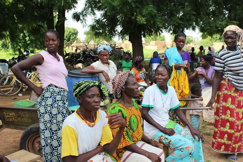 Die Frauen des Dorfes sind sehr froh, dass ihre Kinder die Schule besuchen können und somit eine Zukunftsperspektive erhalten.