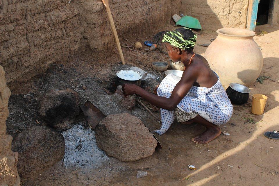 Im Dorf wird auf offenem Feuer gekocht.