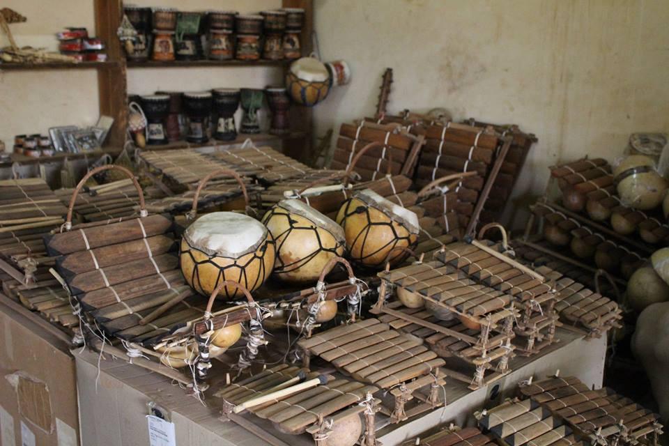 Auch traditionelle Musikinstrumente werden im Village Artisanal hergestellt und verkauft.