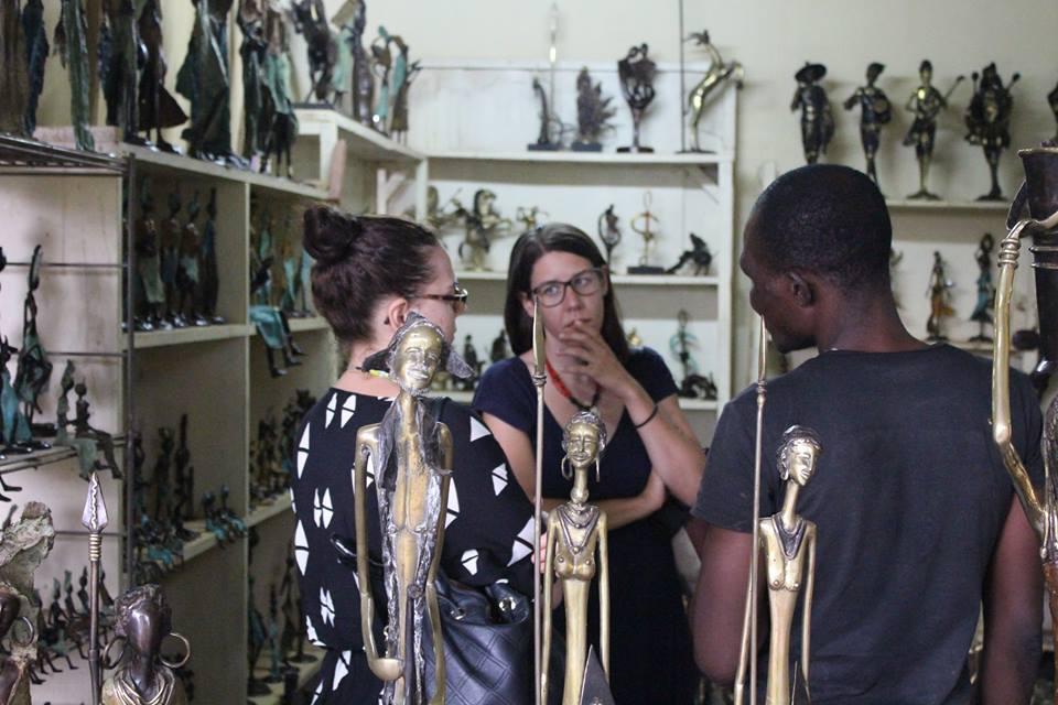 Alexandra und Lisa am Verhandeln für ein Kunstwerk, wie es in Burkina Faso an der Tagesordnung ist.