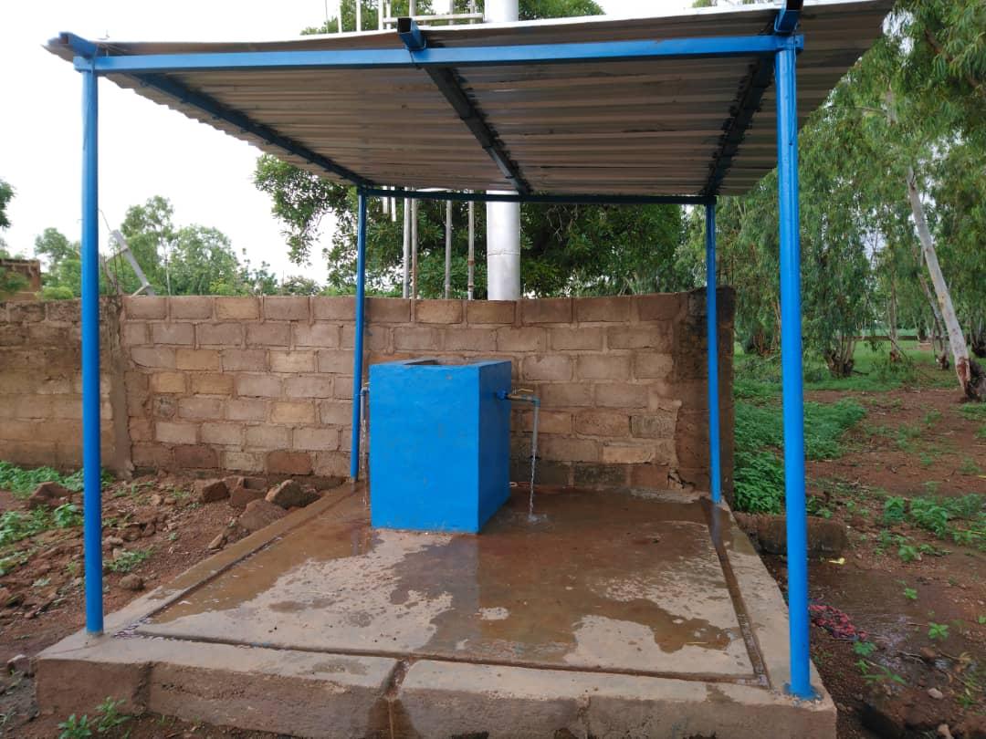 Ausserhalb des Areals der Schwestern wurde ein Wasserhahn für die Dofbewohner erstellt, wo sie Trinkwasser mit sehr guter Qualität holen können.