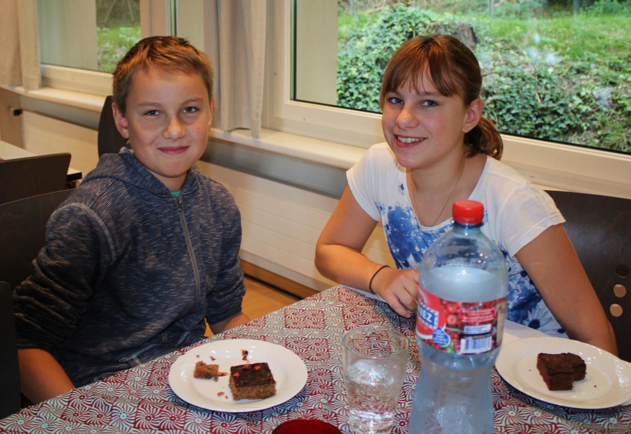 Jung und Alt genossen die feinen selbstgemachten Kuchen. Herzlichen Dank an dieser Stelle an alle KuchenbäckerInnen!