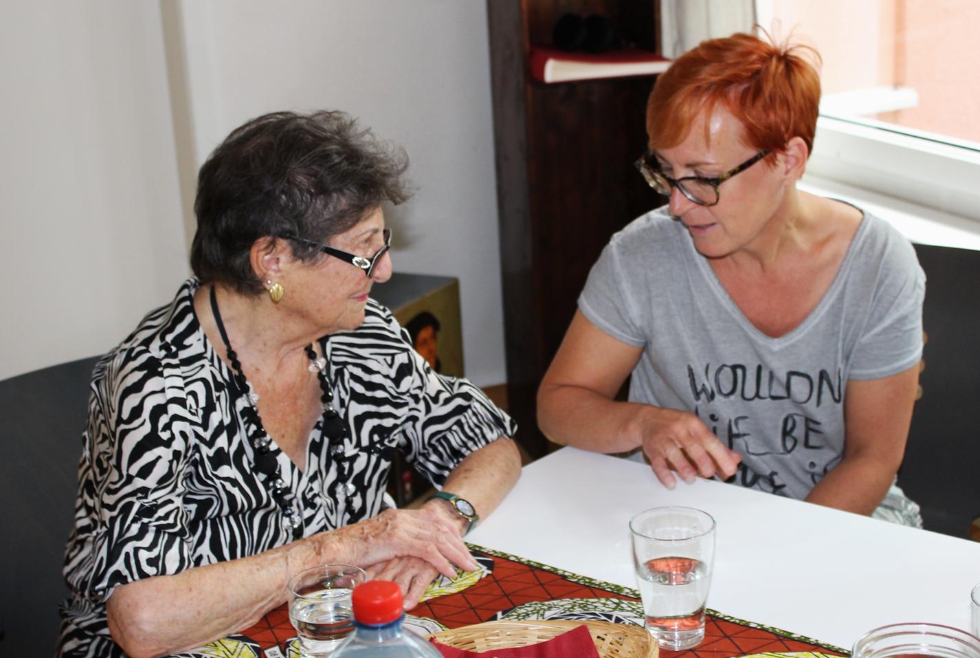 Unsere Kassierin Herta Thöny (rechts) im Gespräch mit einer interessierten Besucherin.