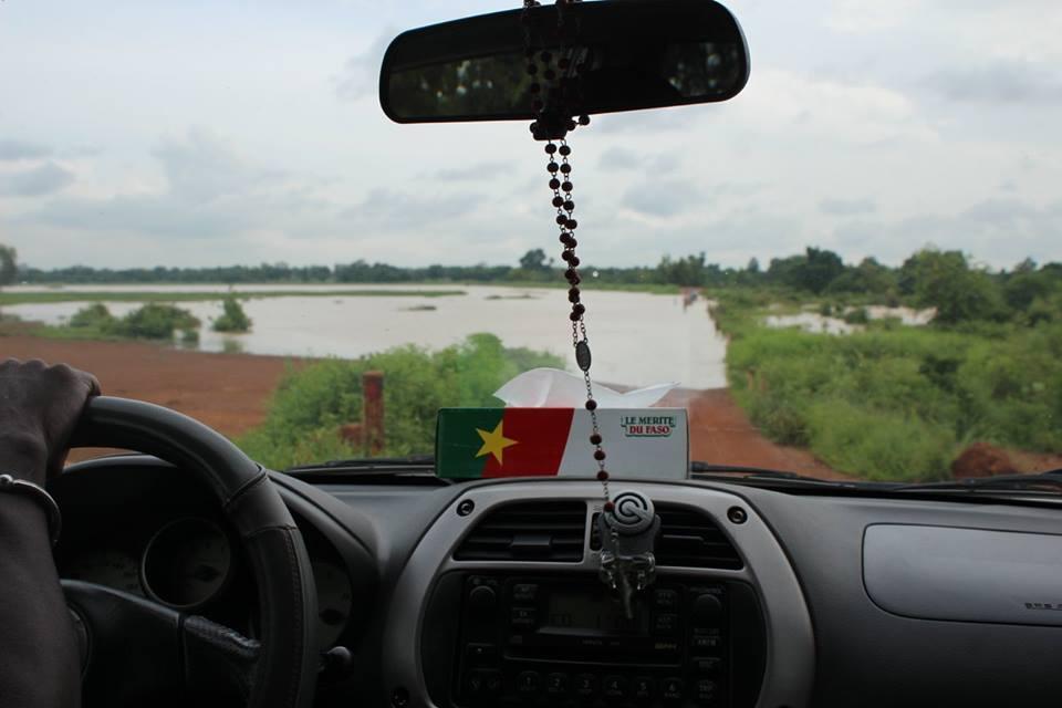 Auf dem Weg zu unserem nächsten Besuch: durch die Starken Regenfälle entstand ein kleiner See, den wir überqueren mussten.