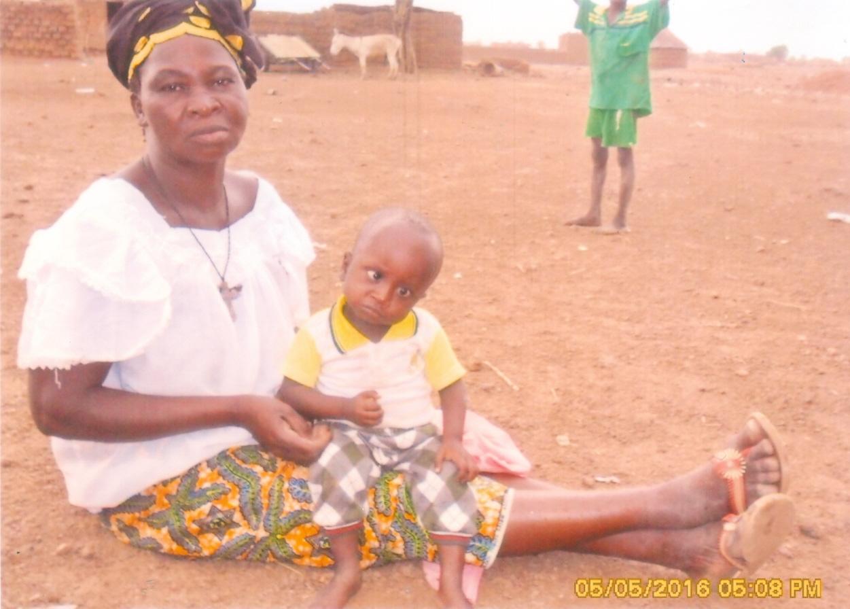 Eine Dorfbewohnerin mit ihrem Kind.