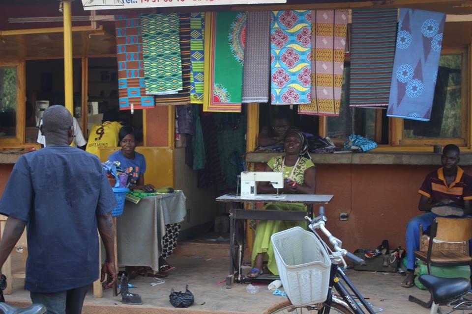 Typisch Burkina: viele bunte Stoffe!