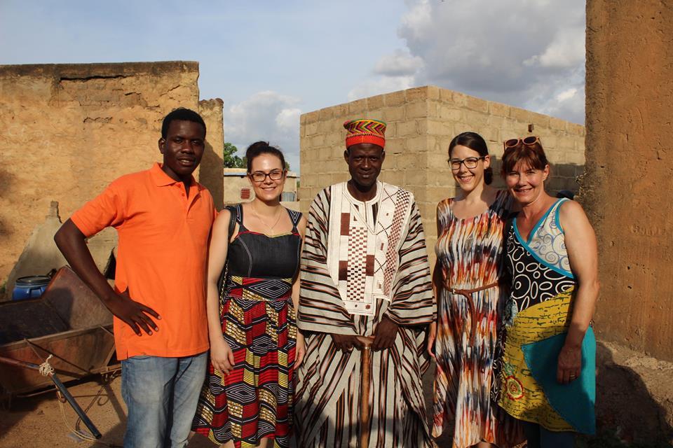Auch der Chef des Dorfes wollte ein Foto mit uns machen und bedankt sich für die Unterstützung.