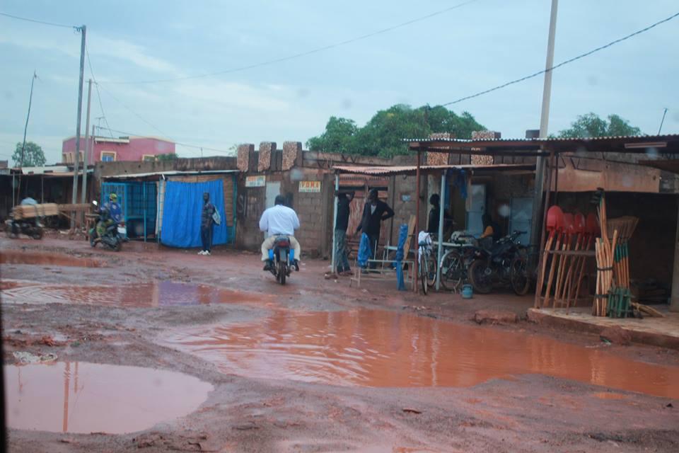 Die starken Regenfälle machen viele Strassen kaputt.