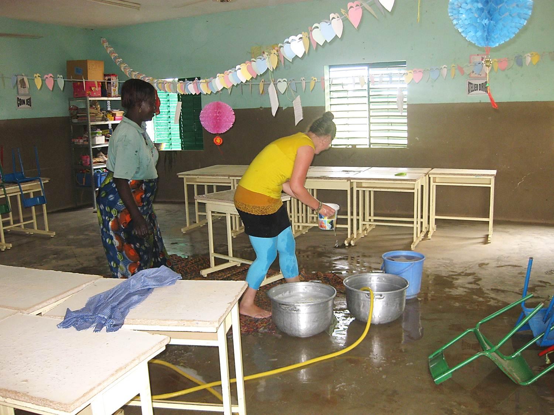 Auch beim Putzen der Schulklassen war sie mit grossem Einsatz dabei.