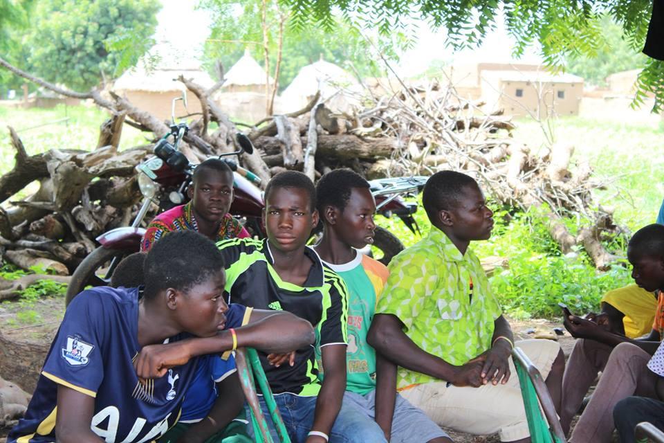 Auch die Jugendlichen des Dorfes werden mit Schülerpatenschaften unterstützt und warten auf den Beginn des Festes.