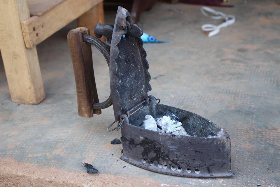 Solche Bügeleisen werden in Burkina immer noch oft gesehen, da es in vielen Orten keinen Strom gibt.