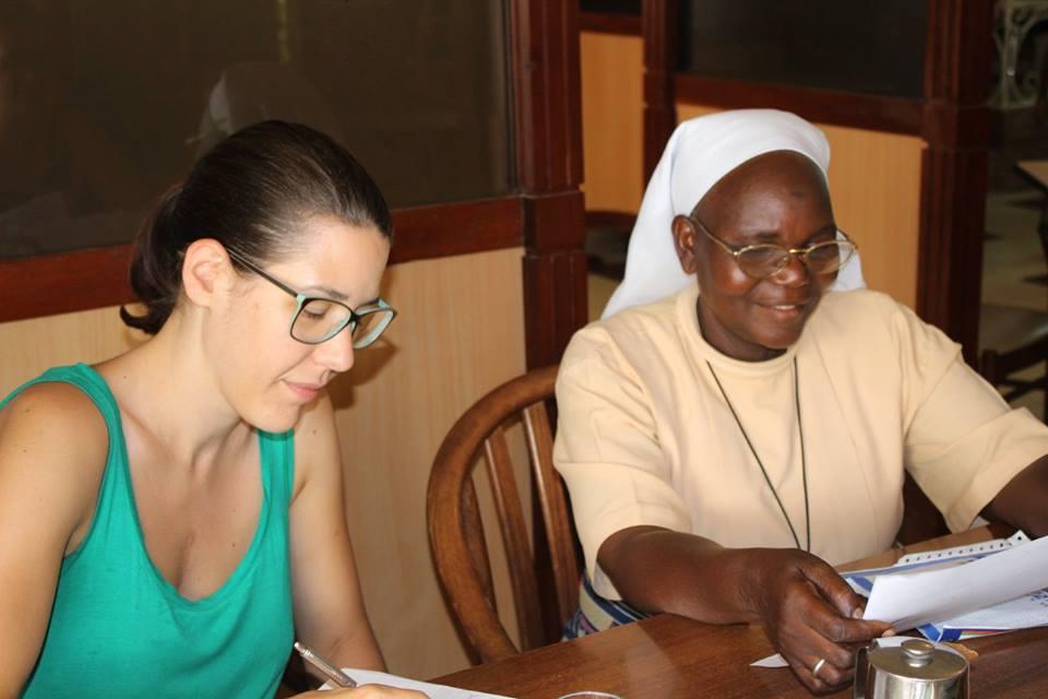 Sie berichtet uns über ihre vielen Tätigkeiten und Lisa schreibt sich alles auf, damit ja nichts vergessen geht. Wir unterstützen sie in den Bereichen Ernährungssicherheit, med. Versorgungen und Bildung.