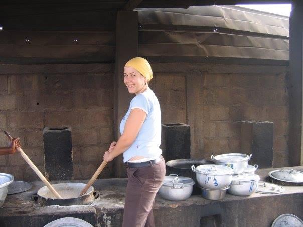 Kochen auf offenem Feuer in riesigen Töpfen ist eine Herausforderung, der sich Lisa gerne annahm.