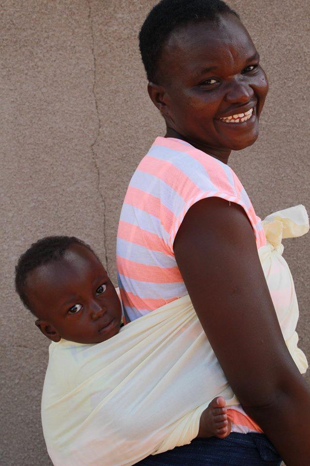 Tantie Noellie ist Erzieherin im Zentrum. In Afrika werden Kleinkinder auf den Rücken gebunden, damit sie überallhin, z.B. auch zur Arbeit auf dem Feld, mitgenommen werden können.