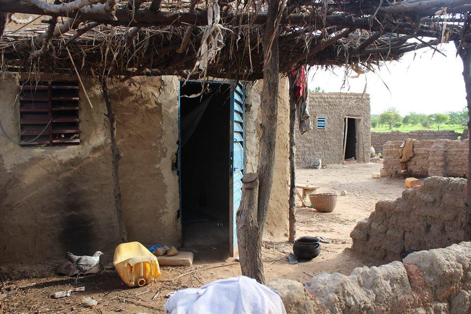 Die Häuser werden aus einem Gemisch aus Lehm und Zement gebaut. Entsprechend halten sie den teilweise sehr starken Regenfällen nicht stand und müssen immer wieder repariert oder sogar ganz neu aufgebaut werden.