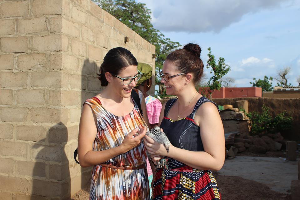 Wie üblich in Burkina: Als Geschenk haben wir ein Huhn erhalten.