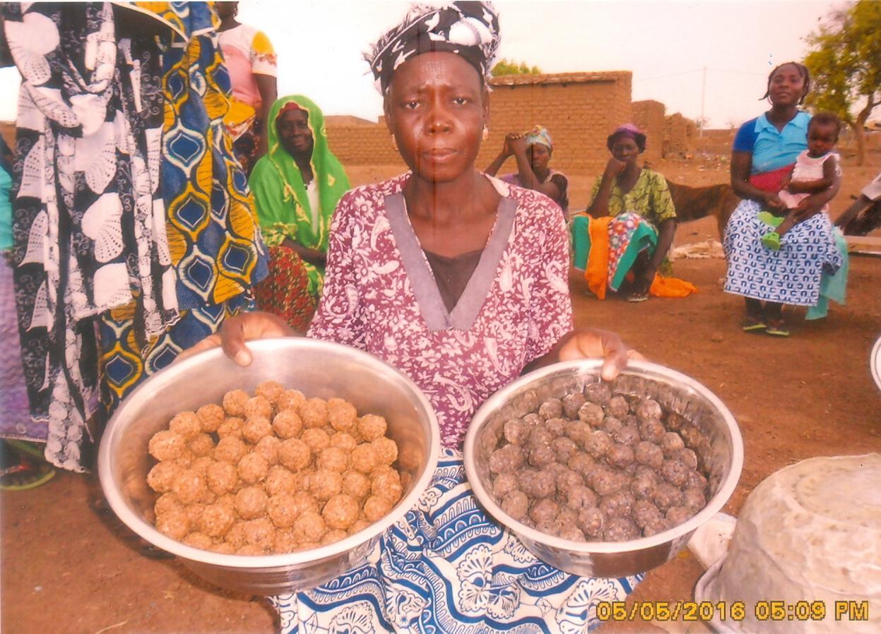 """Die Frauen des Dorfes bereiten diverse traditionelle Nahrungsmittel zu. Hierbei handelt es sich um """"Soumbala"""". Die Burkinabè nennen es """"das Maggie von Afrika"""" und würzen damit Reis, Suppen oder Saucen."""
