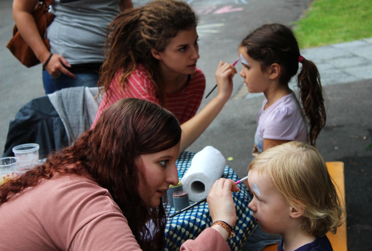 Zur grossen Freude der kleinen Gäste gab es auch Kinderschminken. Vielen Dank an die beiden Damen, die Kunstwerke auf die Gesichter malten.