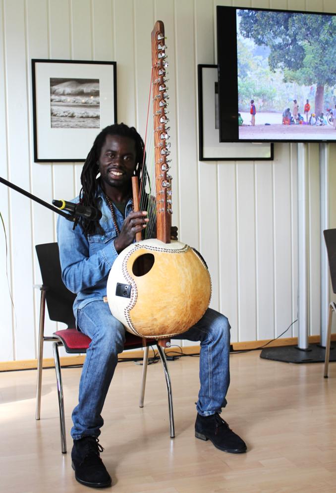 Der senegalesische Musiker Abdou Aziz Diop bewegte die zahlreichen BesucherInnen zum Tanzen.