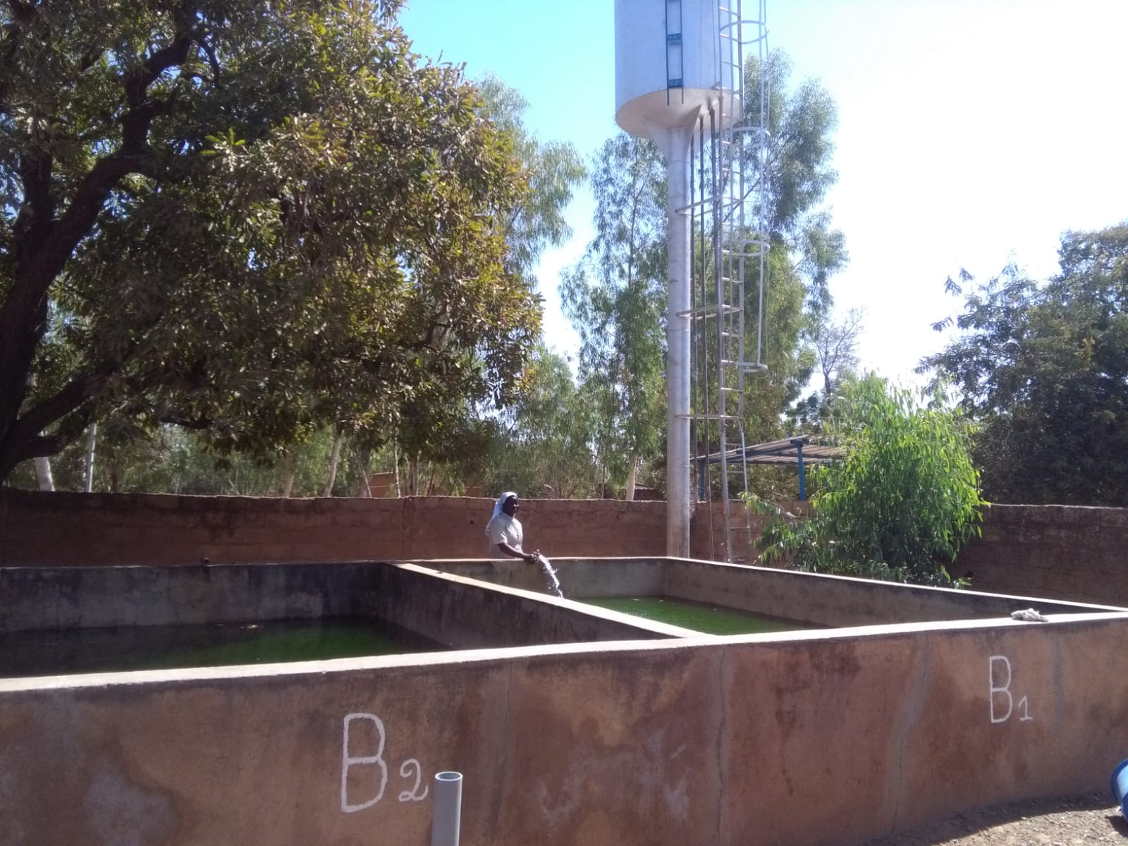 Im Hintergrund ist der neue Wassertank, der fast zehn Meter in die Höhe ragt, zu sehen.