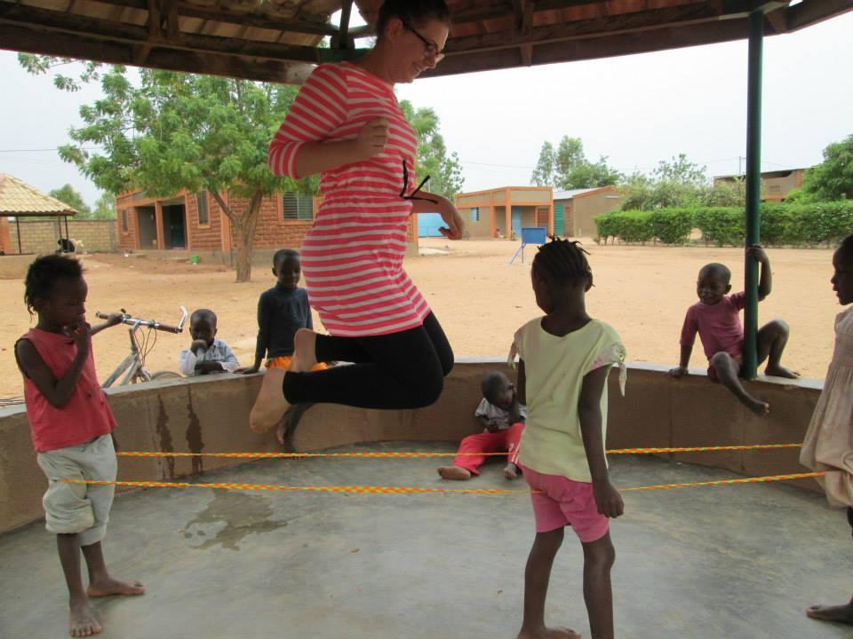 In ihrer Freizeit spielte sie gerne mit den Kindern. Die Mädchen lieben Gummitwist, während die Jungs sich lieber mit dem Fussball austoben.