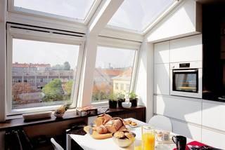 Mit großen und richtig geplanten Dachfenstern wird das Dachgeschoss zur lichtdurchfluteten Wohlfühl-ebene. Quelle: dach.de