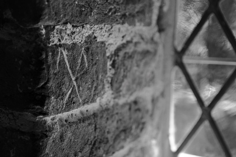 Hauszeichen in der ehemaligen Waffenkammer der Dorfkirche Altenkirchen, der heutigen Sakristei.