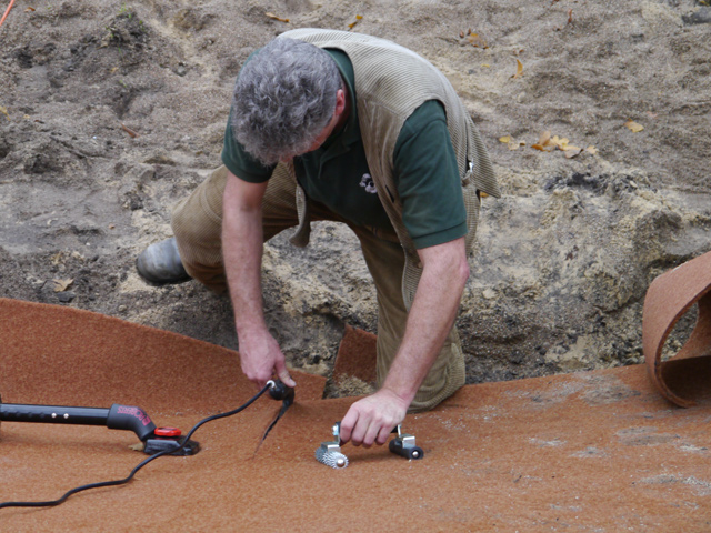 Teppichvliesbelag wird mit Bügeleisen und Heißkleber verbunden