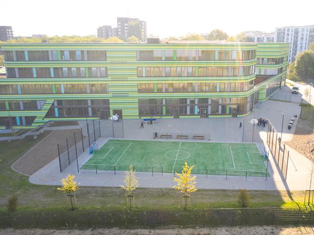 Kostengünstige Schulhof-Sanierung auf Pflasterflächen mit Edusport Teppichvlies