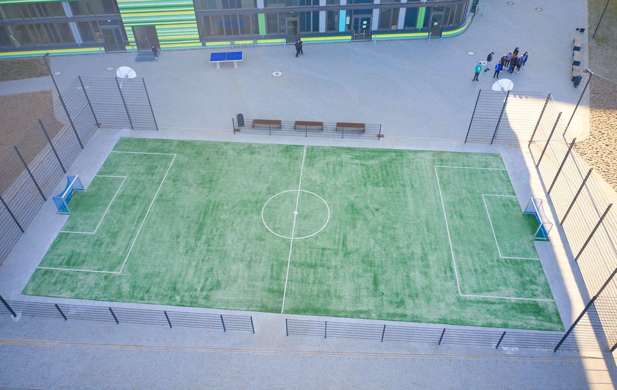 Teppichvlies-Bolzplatz-auf-Schulhof