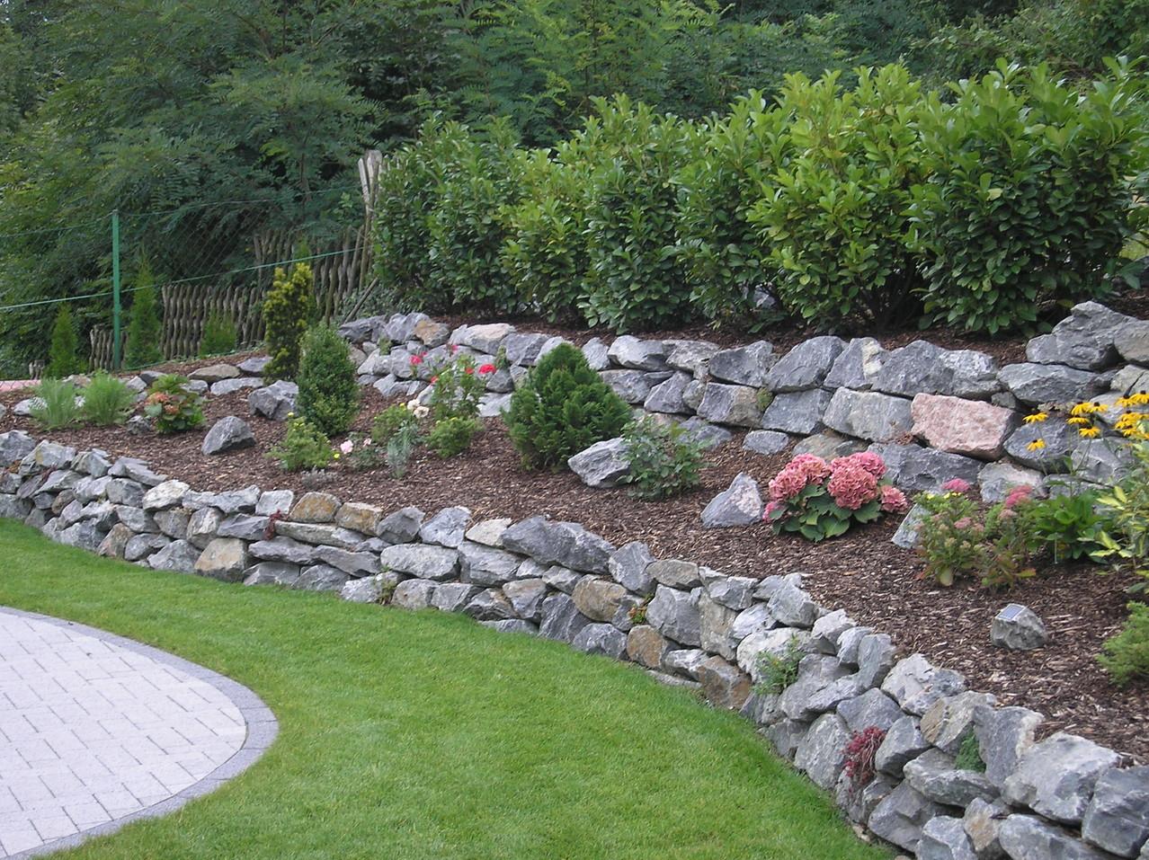 trockenmauer aus natursteinen palisadenmauer gartenbau und landschaftsbau im vorderen odenwald. Black Bedroom Furniture Sets. Home Design Ideas
