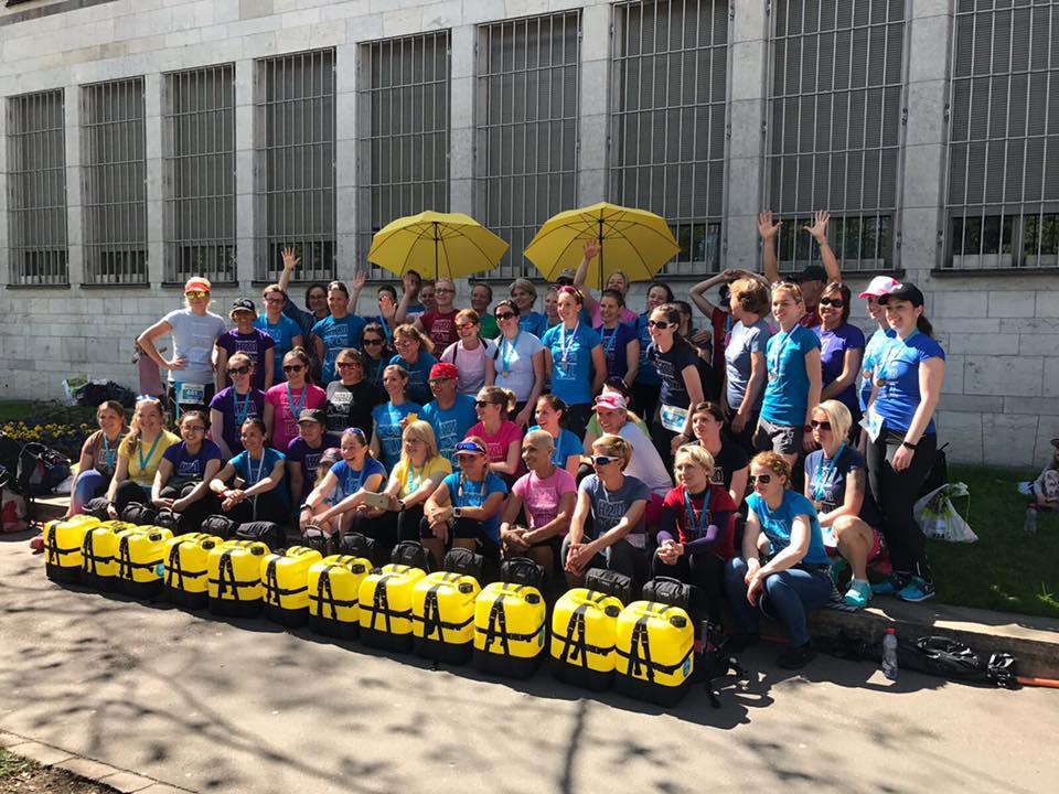 Gruppenfoto summits4hope mit Kanistern, Läuferinnen und HelferInnen
