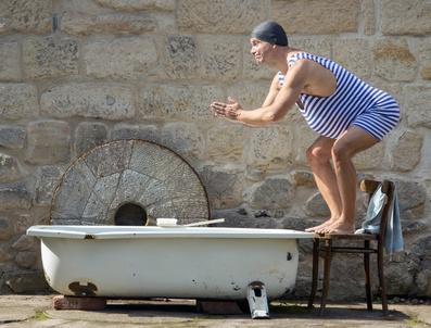 Schwimmer mit Badewanne