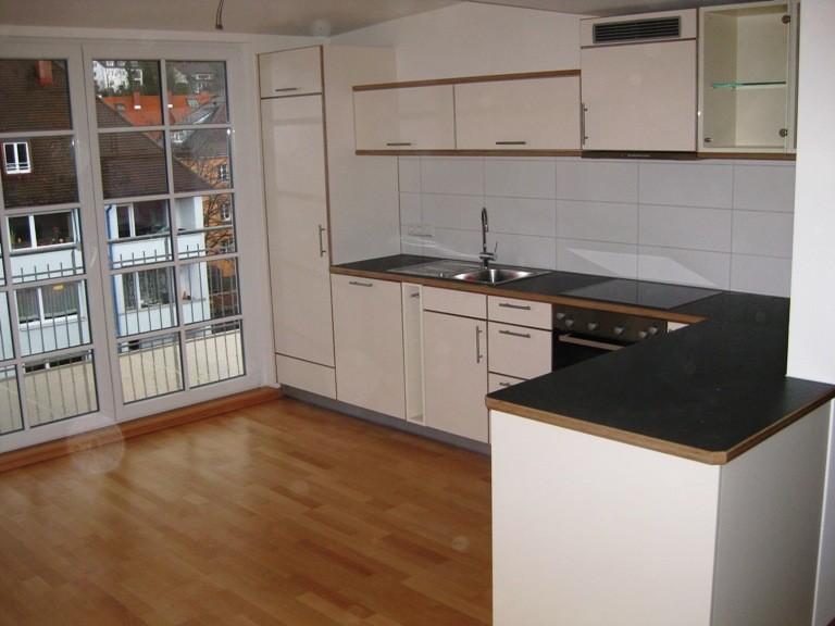 L-Küche, hochwertige Schichtholzfront mit Laminatauflage