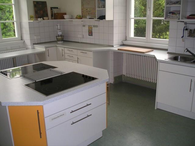 Schulküche weiß mit Kochinsel