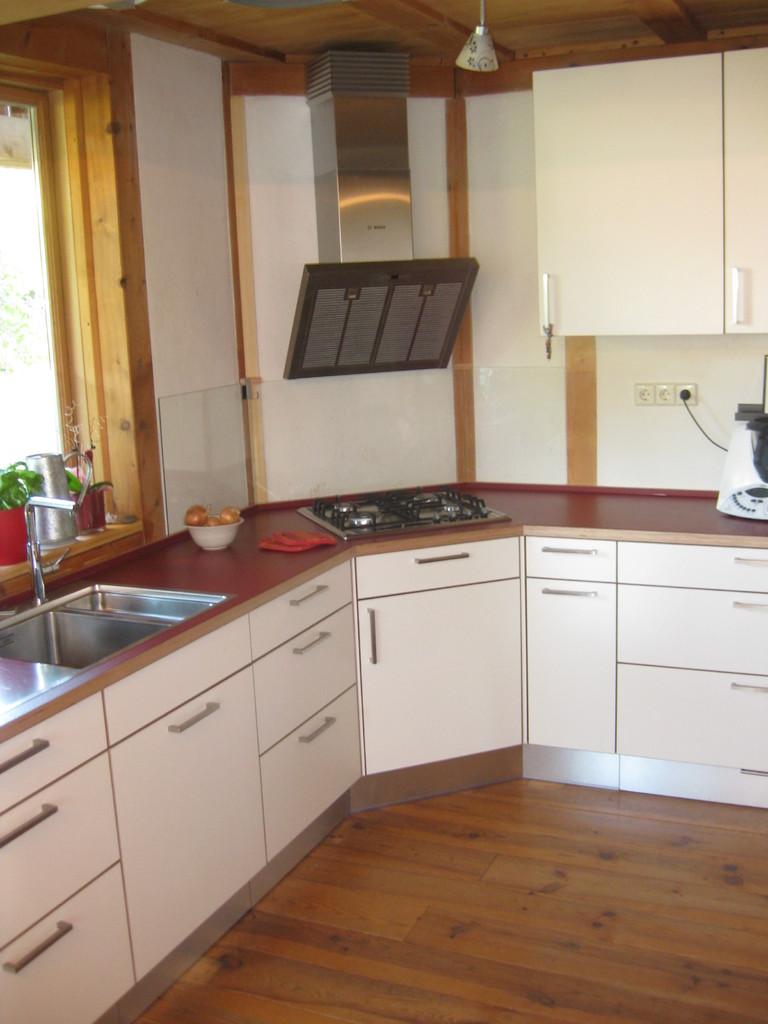 Winkelküche, Fronten und Arbeitsplatte Schichtholz mit Laminatauflage,