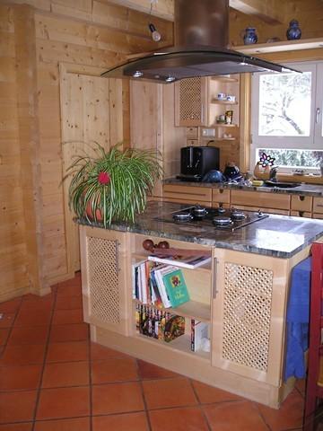 Vollmassive Landhausküche mit Kochinsel in Ahorn geölt
