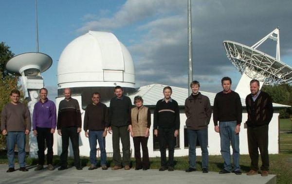 Zehn Gründungsmitglieder vor den Messeinrichtugen des Observatoriums