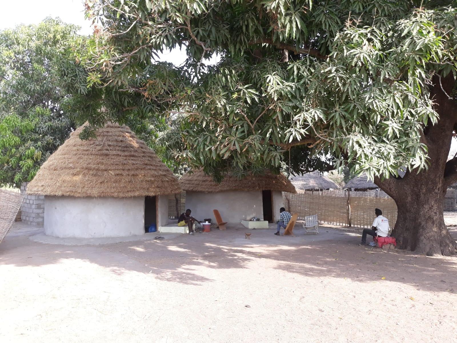 Hütten der Mitarbeiter des Projekt Tabassayes