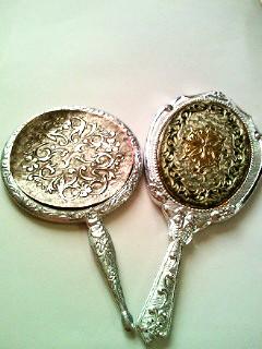 ◆左・30年以上愛用されていた手鏡◆右・当店でご購入された手鏡