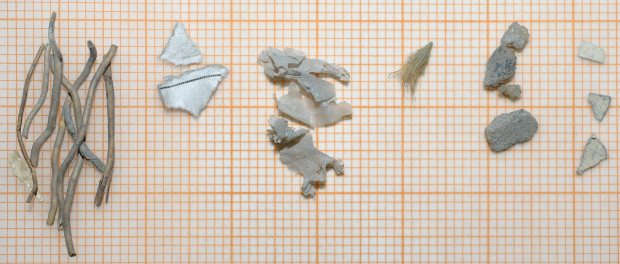 Aussortierte Kabelreste, Papiereste, Folienstücke und Fasern sowie Gesteins- bzw. Silikatbruchstücke aus einer Baustoffprobe